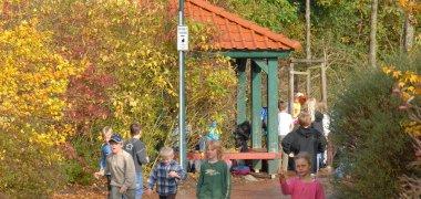 Spielende Kinder auf dem Schulhof der Grundschule Geestenseth